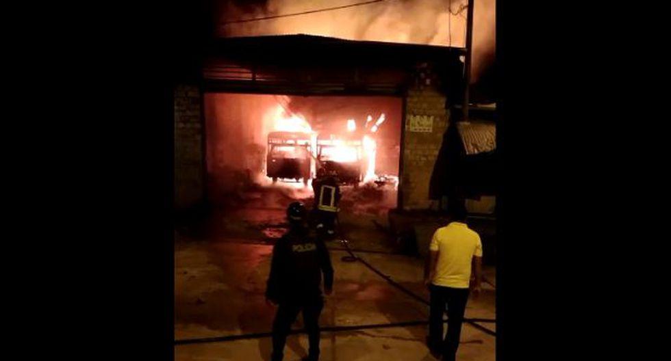 Iquitos: incendio consume 13 buses y deja cuatro viviendas afectadas