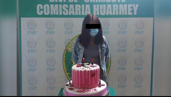 La Defensoría del Pueblo se pronunció respecto al caso y rechazó esta acción de la Policía Nacional, por difundir la foto de una joven a quien detuvieron y posteriormente le tomaron una foto junto a su torta de cumpleaños (Foto: PNP)