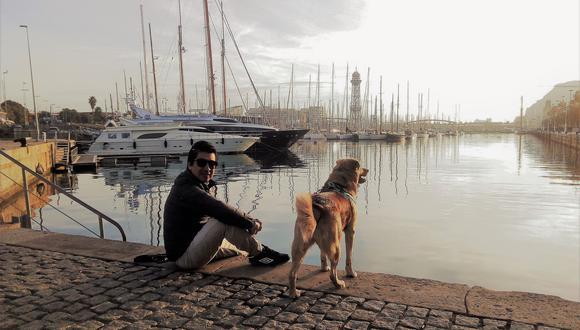 Juan Manuel Chávez junto a Moka cuando aún se podía salir a pasear por Barcelona. (Foto: Rosalí León-Ciliotta)