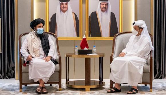 El líder talibán, Abdul Ghani Baradar (izda.) permanecía en Doha antes de regresar a Afganistán. (Foto: Reuters)
