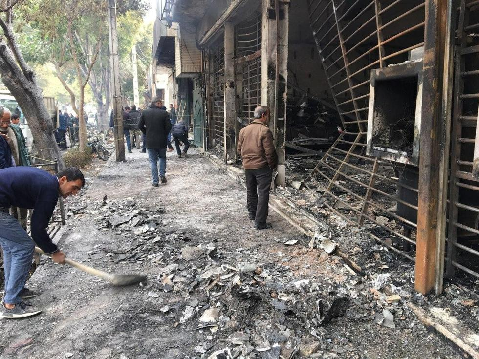 Autoridades de Irán han reconocido la muerte de dos personas durante las manifestaciones. Se trata de un policía herido de bala en Kermanshahr y un civil en Sirjan. Por su parte, algunos medios locales indican que podrían ser más. Foto: AFP