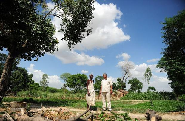 Lal Bihari Mritak (right) In 2015, he announced with a farmer that his brother had died.  (Photo: Getty Images)