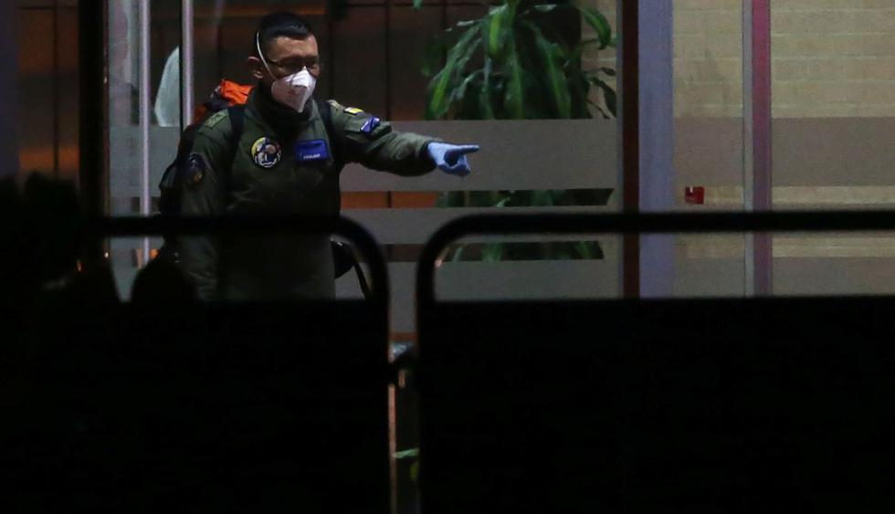Un miembro de la fuerza aérea colombiana es visto a la entrada de una villa deportiva, donde los colombianos que regresan de China serán aislados, en Bogotá. (Reuters)