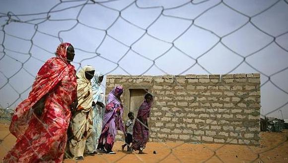 Ex esclavas mauritanias caminan en un suburbio a las afueras de Nouakchott. (Foto: Reuters)