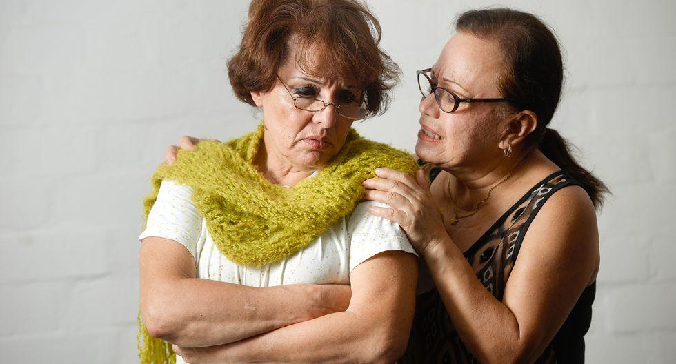 Cecilia Tosso es consolada por Haydée Cáceres en una de las historias que protagonizan.
