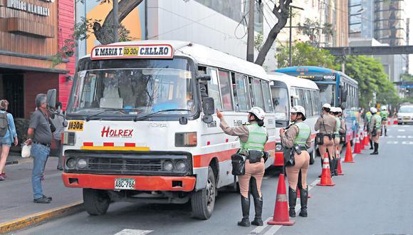 El control de combis, buses y taxis estará a cargo de la Policía Nacional, con la ayuda de inspectores. (Hugo Pérez / Archivo)