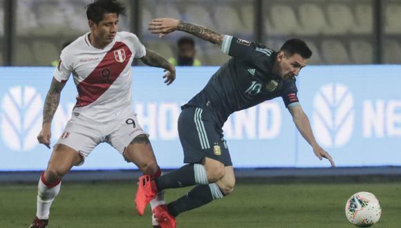 Gianluca Lapadula debutó ante Chile en Santiago con la camiseta de la Selección Peruana. (Foto: AFP)