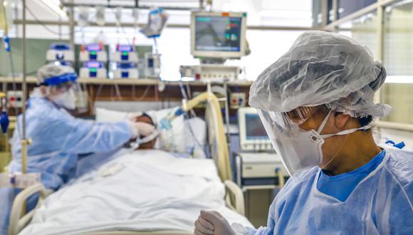 Personal médico atiende a un paciente de COVID-19 en un hospital de Brasil. (Foto: Silvio AVILA / AFP)