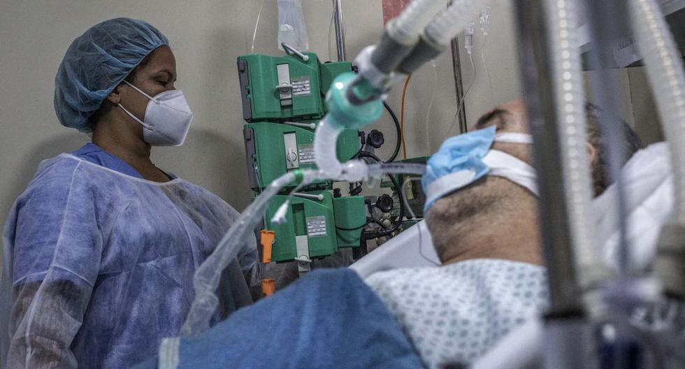 Brasil registró el miércoles más de 2.000 muertos por coronavirus por primera vez desde el inicio de la pandemia. (Foto: ANDRE COELHO / AFP).
