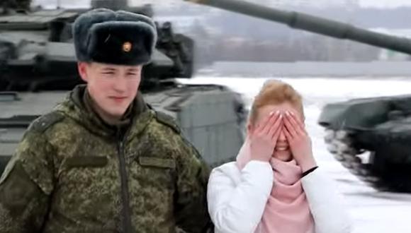 Un militar ruso sorprendió a su novia al pedirle matrimonio formando un corazón gigante con 16 tanques de guerra   Foto: Captura de video RT en español
