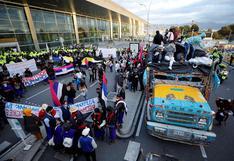 Indígenas protestan en aeropuerto de Bogotá para que se cumpla acuerdo de paz | FOTOS