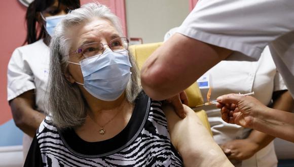 Una anciana acude a la vacunación contra el covid-19 y pide ayuda por los malos tratos de su hija. (Foto: Referencial / AFP   Thomas Samson)