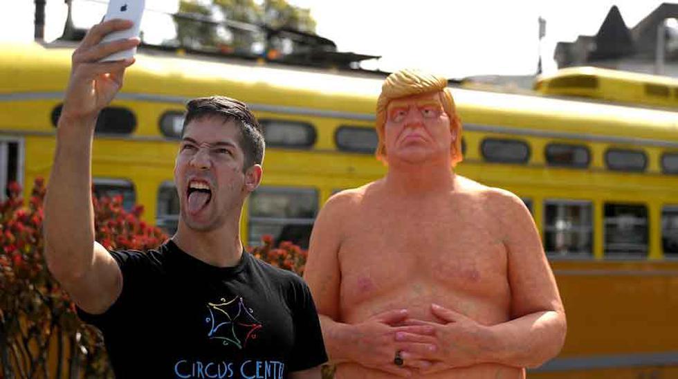 Aparece una estatua de Donald Trump desnudo en pleno
