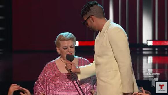Paquita la del Barrio junto a Bad Bunny en los Billboard Latin Music Awards. (Foto: Captura Telemundo).