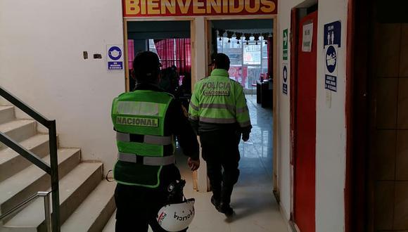 Junín:  los efectivos policiales procedieron a la captura de cuatro docentes y una secretaria. (Foto: Serenazgo Huancán)