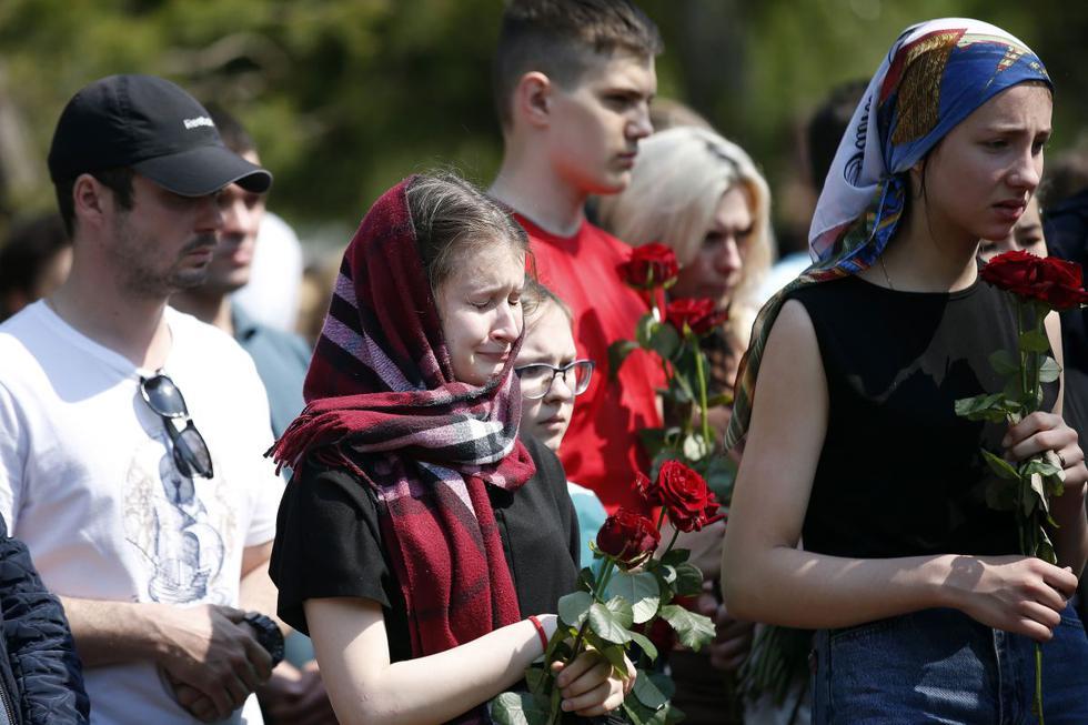 La república rusa de Tatarstán despidió este miércoles a los nueve fallecidos (siete menores y dos adultos) en el tiroteo que tuvo lugar la víspera en la escuela número 175 de Kazán, y que dejó también 23 heridos, la mayoría de ellos niños. (Texto y foto: EFE).