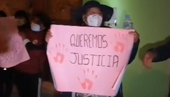 Familiares y vecinos de una mujer de 59 años víctima de una violación grupal realizaron plantones en el distrito de Poroy (Cusco) para exigir justicia. (Captura: SSN Web).