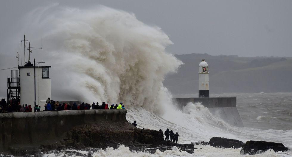Las olas rompen sobre el faro de Porthcawl, en Gales del Sur, Gran Bretaña. (REUTERS / Rebecca Naden).