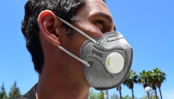 Las mascarillas con válvula no son recomendadas por los especialistas. (Foto: Frederic J. BROWN / AFP)