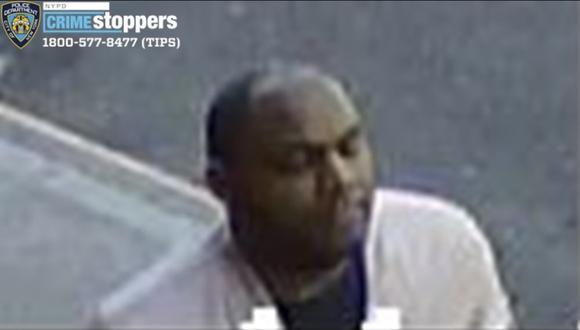 Esta imagen tomada de un video de vigilancia proporcionado por el Departamento de Policía de la ciudad de Nueva York (Estados Unidos) muestra a una persona que está vinculada al ataca a una mujer en Manhattan, el lunes 29 de marzo de 2021. El hombre fue identificado como Brandon Elliot. (Cortesía del Departamento de Policía de Nueva York/AP).