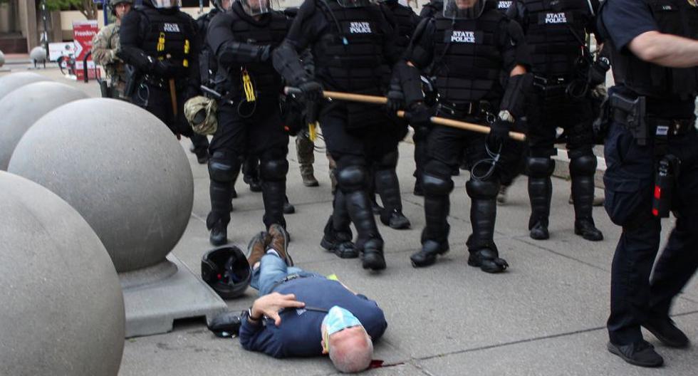 Martin Gugino, de 75 años, yace en el suelo después de ser empujado por dos policías de Buffalo, Nueva York, durante una protesta contra la muerte de George Floyd. (Foto: Jamie Quinn / Folleto vía REUTERS).