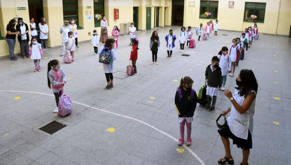 En esta foto difundida por la agencia de noticias Télam, los estudiantes se paran en el patio de una escuela pública el primer día de clases en Buenos Aires el 17 de febrero de 2021, en medio de la pandemia de coronavirus. (AFP).