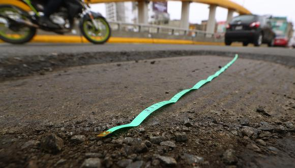 Con ayuda de una cinta métrica, se verificó que el bache mide casi 2 m. (Foto: Alessandro Currarino)
