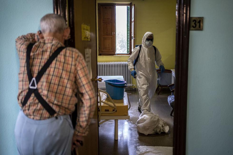 Voluntarios del cuerpo local de bomberos en labores de desinfección en la residencia Nuestra Señora de las Mercedes de El Royo, en Soria, España, durante la pandemia del Covid-19. Abril  del2020. (Foto: Olmo Calvo/MSF)