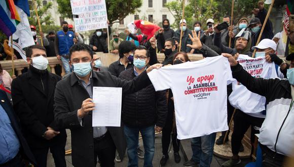 Desde el 26 de agosto, el congresista de Perú Libre Guillermo Bermejo ha venido promocionando la recolección de firmas para convocar un referéndum que conduzca a la elección de una asamblea constituyente. (Foto: Renzo Salazar/GEC).