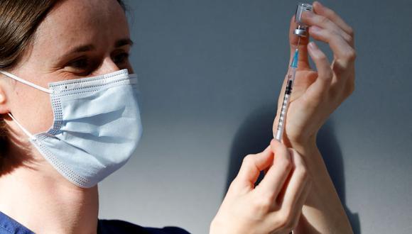 Personal sanitario prepara una dosis de la vacuna Pfizer-BioNTech contra el coronavirus covid-19 en un centro de vacunación temporal de Londres, Reino Unido, el 16 de julio de 2021. (Tolga Akmen / AFP).