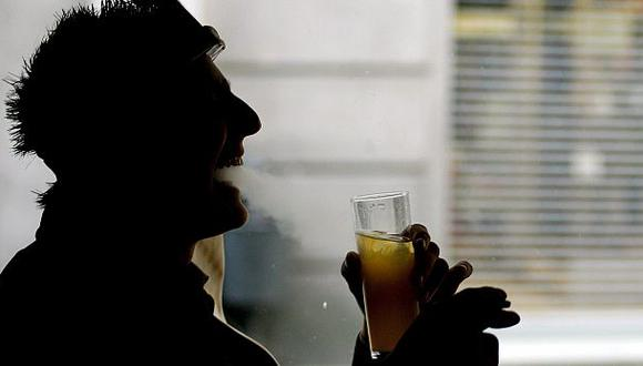 Usuarios más activos de smartphones también fuman y beben más
