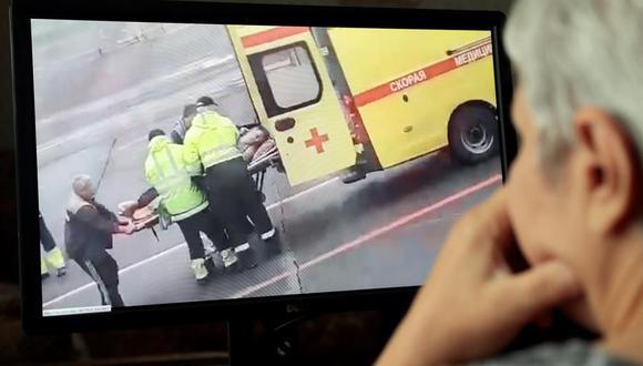Una persona en Moscú mira un video en las redes sociales que muestra al activista de oposición ruso y jefe del fondo anticorrupción Alexei Navalny siendo transportado en camilla por paramédicos, en Omsk , Rusia, 20 de agosto de 2020, tras ser envenenado. (EFE / EPA / SERGEI CHIRIKOV).