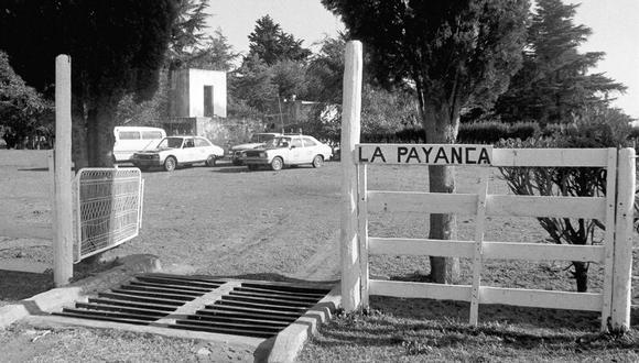 La entrada principal de la estancia La Payanca y los móviles policiales tras la masacre. (Foto: La Nación, GDA)
