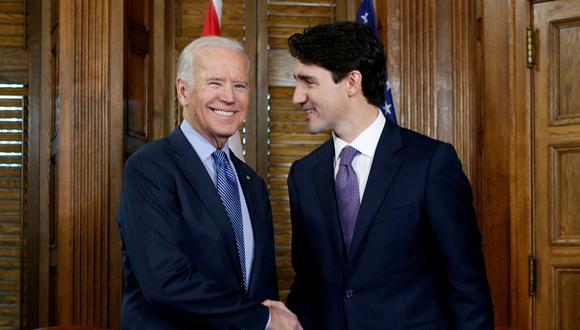 Imagen de archivo en la que se ve al entonces vicepresidente Joe Bien y al mandatario canadiense Justin Trudeau, durante una reunión en diciembre del 2016. REUTERS/Chris Wattie/File Photo