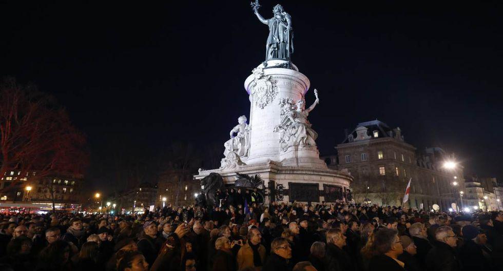 La gente participa en un mitin contra el antisemitismo, en la plaza Republique de París. (Foto: AFP)