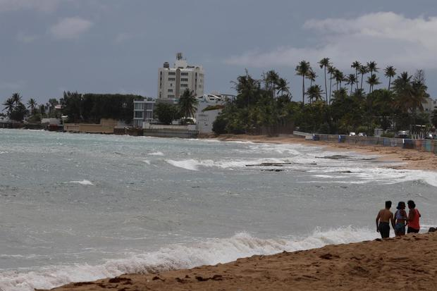 Many come to the beach before tropical storm Grace passes through San Juan, Puerto Rico.  (EFE / Thais Lorca).
