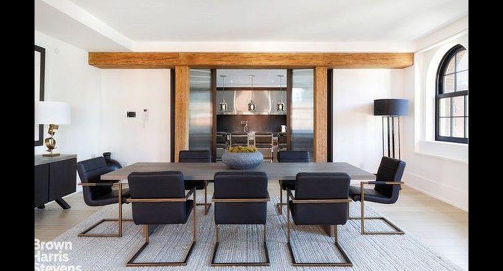 En el interior, la sala de estar incluye techos de 20 pies, un comedor abierto, una biblioteca o estudio con chimenea de gas y una cocina de chef a medida. (Foto: Realtor)