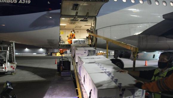 El Ministerio de Salud recibió las 20.000 dosis de las vacunas CoronaVac, del laboratorio Sinovac Life Sciences, en el aeropuerto José Joaquín de Olmedo, de la ciudad costera de Guayaquil. (Captura/Twitter).