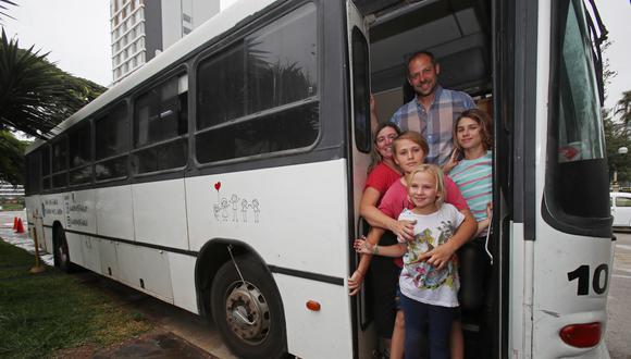 Diego Percivaldi y su esposa, Cecilia Oliver, viajan desde hace 8 meses en una casa rodante hecha a partir de un ómnibus de transporte público (Foto: Dante Piaggio).