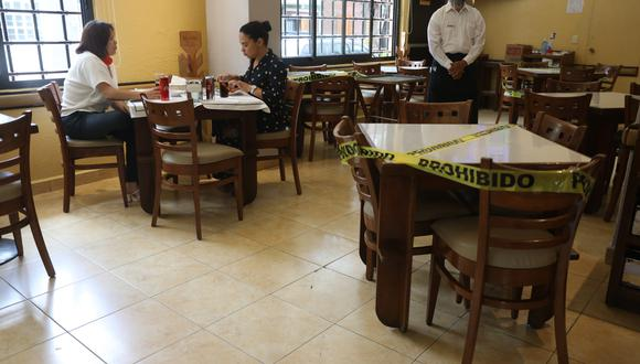 Los restaurantes de México abrieron sus puertas tras las medidas de confinamiento decretadas hace algo más de tres meses, en una tímida reapertura con un tope del 40 % de aforo. EFE/Sáshenka Gutiérrez