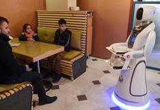 Timea, primera camarera robot en Afganistán, sorprende a comensales