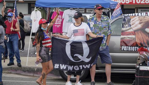 Un partidario de Trump agita una bandera de Qanon durante un mitin pro-Trump, el 21 pasado de agosto de 2020. (Foto de Kyle Grillot / AFP)