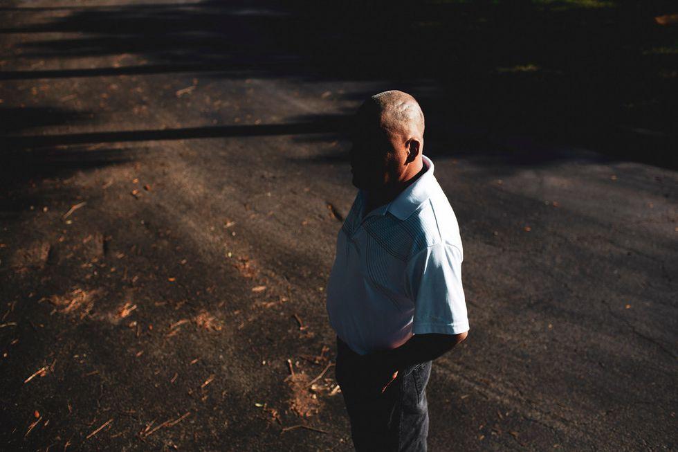 """""""Se deshicieron de mí luego de tantos años de trabajo duro porque no tengo papeles"""", dijo Doroteo Hernández, de 42 años, un inmigrante proveniente de México. (Saúl Martínez para The New York Times)."""