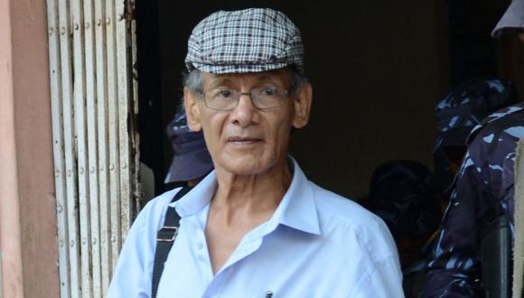 En la imagne, el asesino en serie Charles Sobhraj es escoltado por la policía nepalesa hasta un vehículo que lo espera después de una audiencia en un tribunal de distrito por el asesinato del mochilero canadiense Laurent Ormond Carriere, en Bhaktapur, el 12 de junio de 2014 (Foto: Prakash Mathema / AFP)