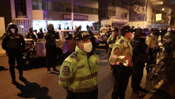 La Policía Nacional informó que hubo 23 detenidos en la operación. Tres asistentes a la fiesta y tres agentes resultaron heridos. (Foto: Joel Alonzo/GEC)