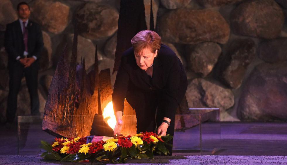 La canciller alemana, Angela Merkel, depositó una ofrenda floral en el Salón del Recuerdo en el Museo del Holocausto Yad Vashem en Jerusalén. (Foto: AFP)