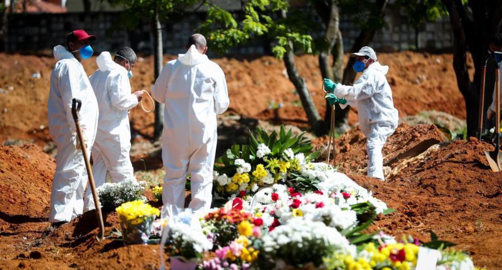 Grupos de sepultureros trabajan en el entierro de una víctima sospechosa de coronavirus en el cementerio de Vila Formosa, en Sao Paulo. (Foto: EFE/ Fernando Bizerra).