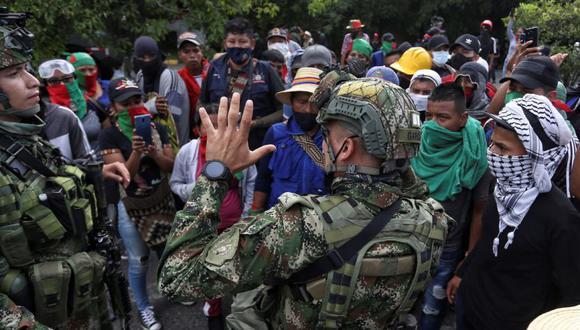 Soldados hablan con indígenas durante una manifestación hoy en Cali (Colombia). (Foto: EFE/ Pablo Rodríguez).