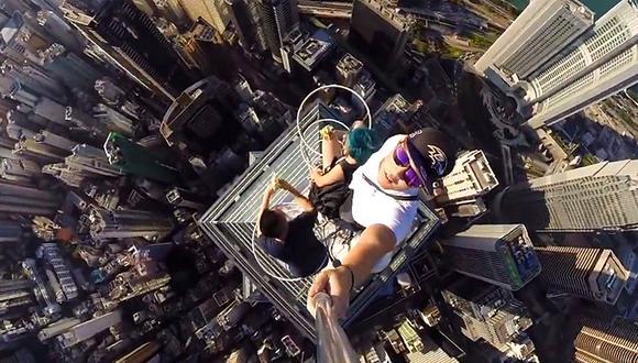 VIDEO: Así tomaron uno de los 'selfies' más riesgosos hasta hoy