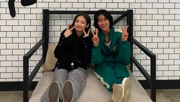 """Jennie Kim y Jung Ho Yeon juntas en el set de grabación de """"El Juego del Calamar"""". (Foto: Instagram @hoooooyeony)"""